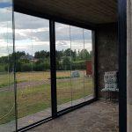 Antracito spalvos aliuminio konstrukcija, berėmės stumdomosios sistemos, stiklo vitrina, pritaikyta stabiliam kliento stogui