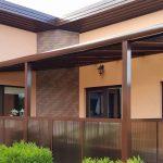 Rudos spalvos aliuminio konstrukcija, bronzinis akrilas, papildoma sienelė nuo vėjo